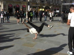 15 - London - Breakdancing am Piccadilly Circus.JPG